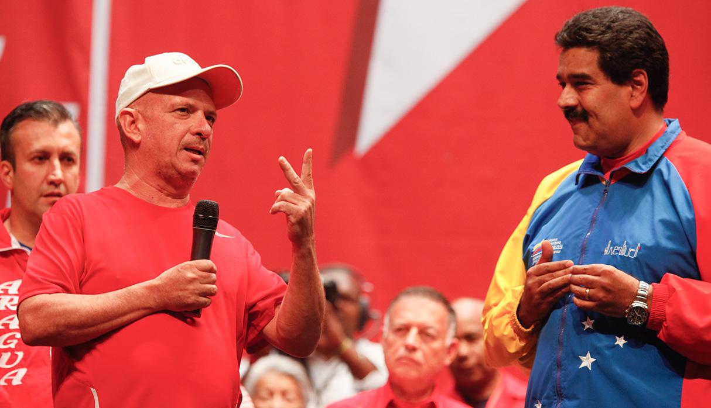 El general Hugo Carvajal, a la izquierda, fue muy cercano a los presidentes de Venezuela, Hugo Chávez y Nicolás Maduro. (Foto: AFP)