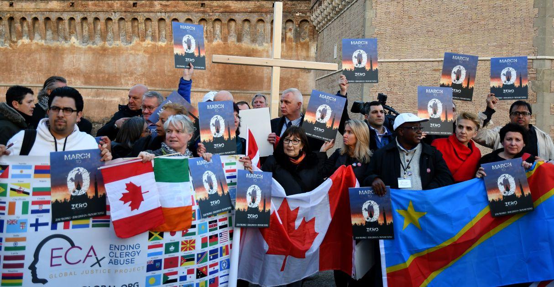 Miembros del Ending Clergy Abuse, una organización global de sobrevivientes y activistas que reclaman por abusos cometidos por clérigos, en una protesta en Roma. (Foto: AFP)