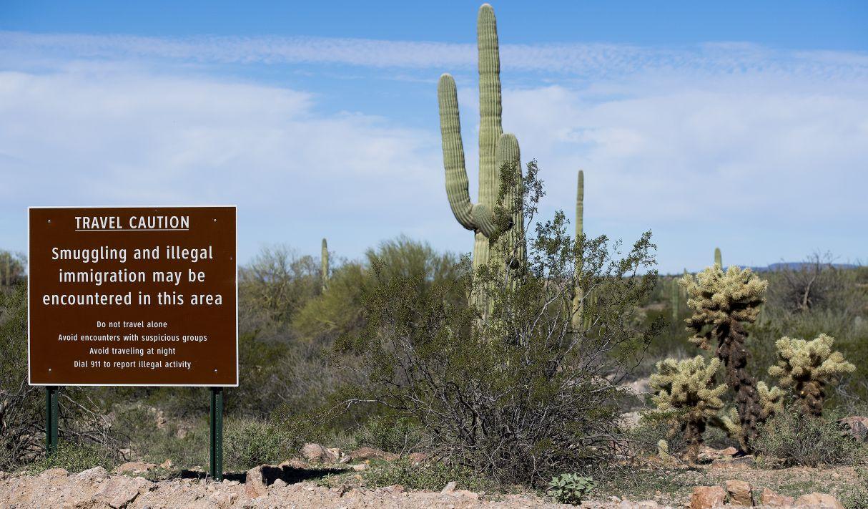 Un cartel advierte contra el contrabando y la inmigración ilegal en el Monumento Nacional Organ Pipe Cactus cerca de Lukeville, Arizona. (Archivo / AFP)