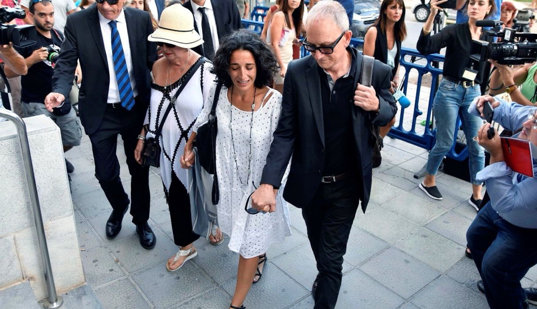 Patricia Ramírez, la madre del pequeño Gabriel, entra acompañada de su abogado Miguel Angel Torres a la audiencia donde se dictó sentencia a Ana Julia Quezada. (EFE)
