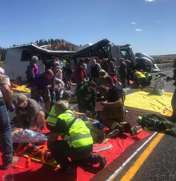 Heridos fueron atendidos y llevados de emergencia en ambulancias aéreas. (Foto: Facebook Garfield County Sheriff's Office)