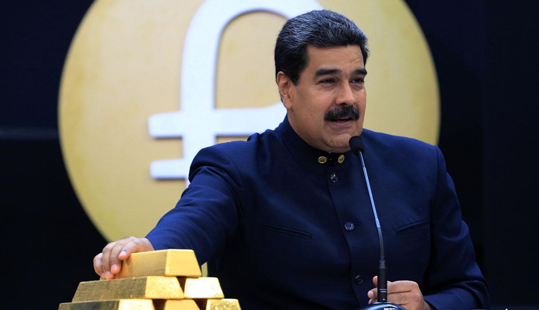 Nicolás Maduro hablando junto a lingotes de oro en Caracas. (Foto: AFP/Archivo)