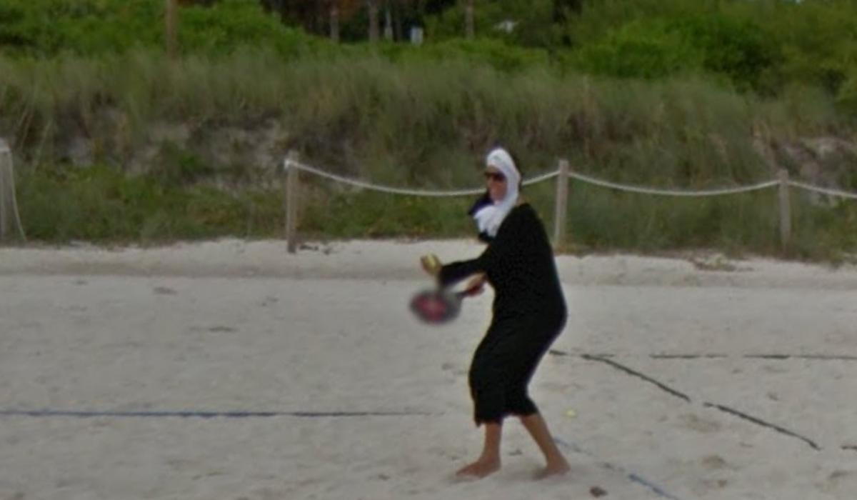 La monja se muestra contenta con el grupo de personas con quienes está jugando tenis.