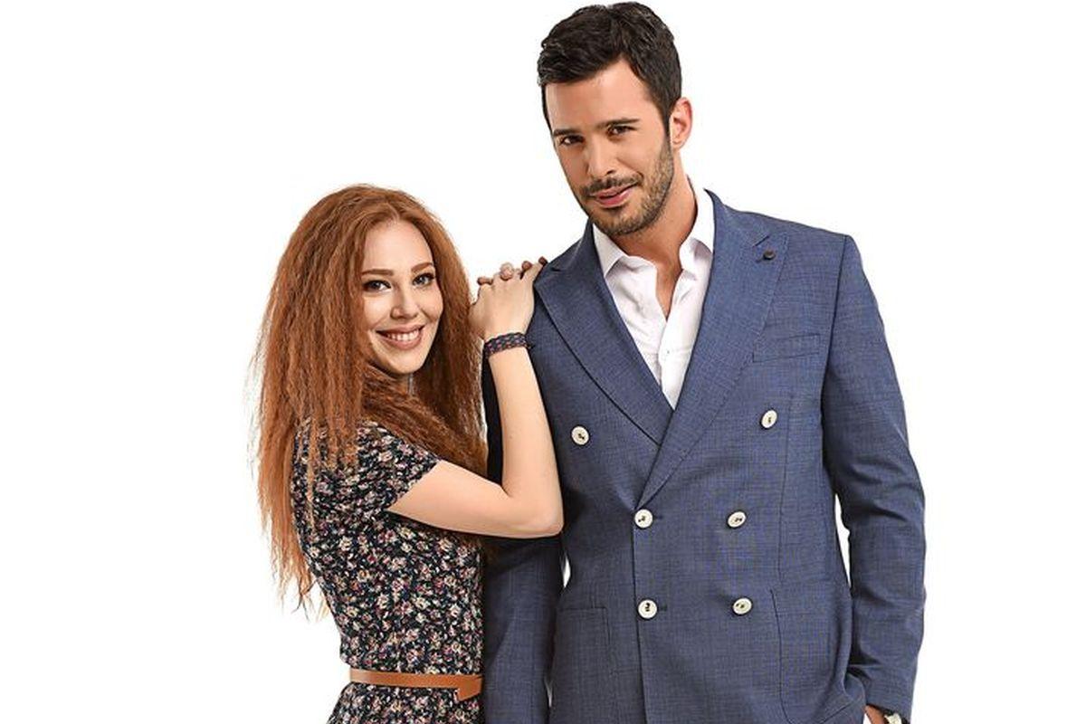 """""""Te alquilo mi amor"""" es una comedia romántica protagonizada por Elçin Sangu y Baris Arduç. (Foto: Mediaset)"""