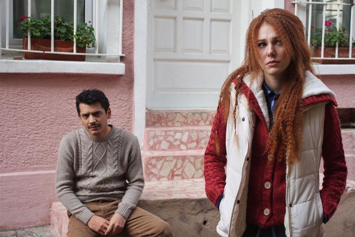 Elçin Sangu ('Çarpisma') y Barış Arduç ('Bugünün Saraylisi')  son los protagonista de esta comedia romántica. (Foto: Mediaset)