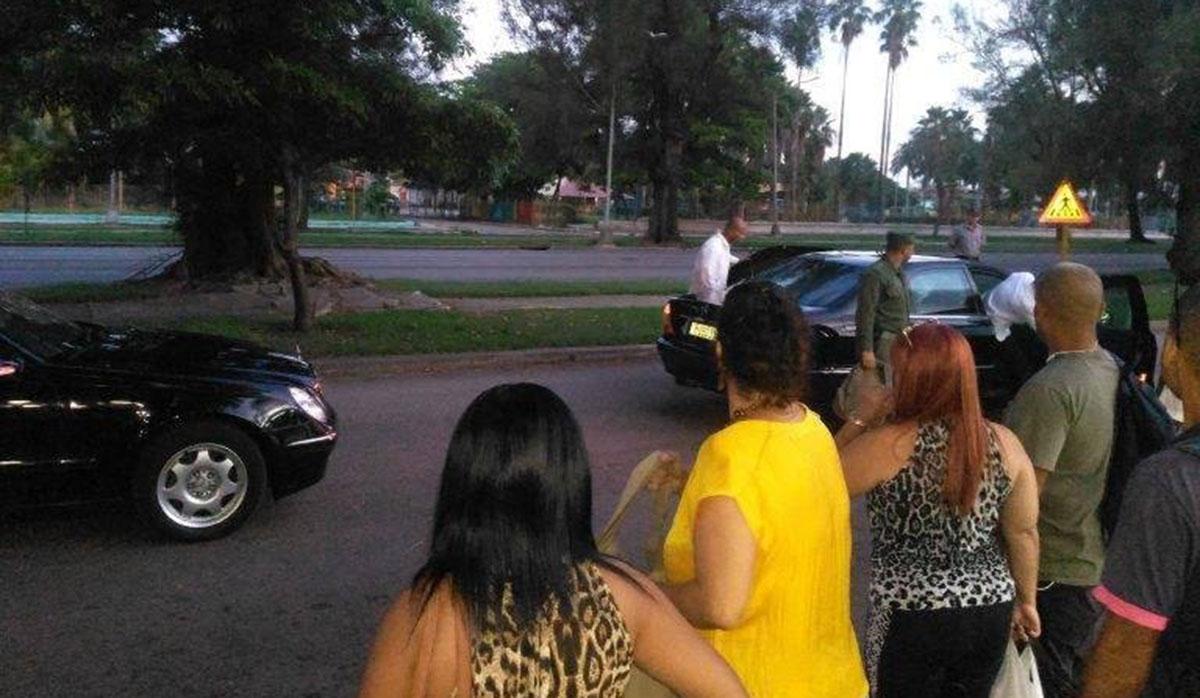 Comitiva del presidente de Cuba, Miguel Díaz-Canel, se detiene en un paradero para apoyar a cubanos que esperan transporte público. (Foto: Twitter)