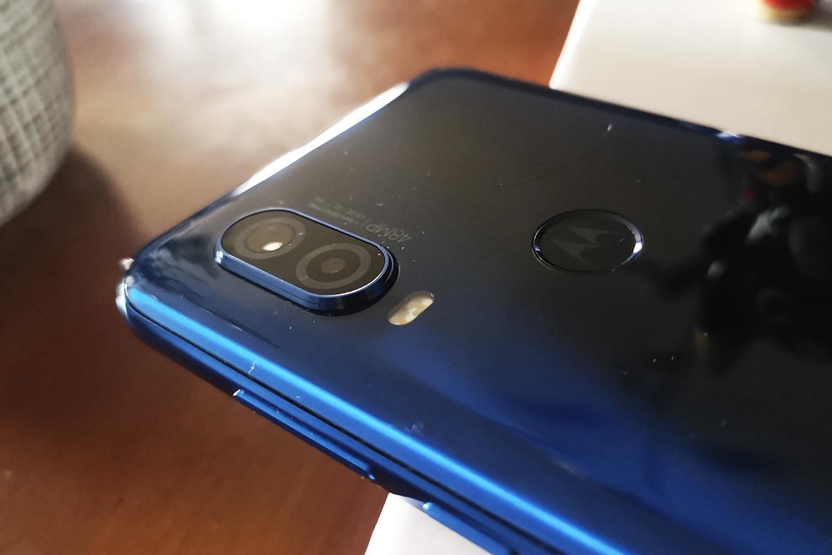 El terminal de Motorola trae doble cámara trasera, un lente de 48 megapíxeles. (Foto: La Prensa)