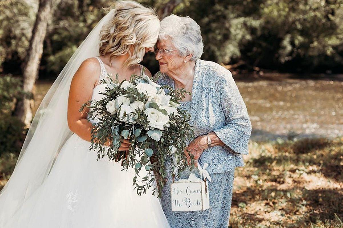 La bisabuela de 90 años de la novia derrochó ternura en su camino al altar. (Foto: Natalie Caho Photography)