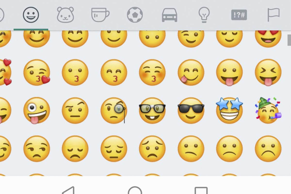 El emoji de la lengua afuera se encuentra en WhatsApp desde el 2015 y muchos desconocían su significado. (Foto: Emojipedia)