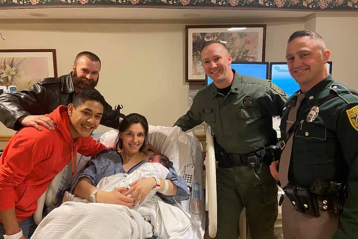 Los jóvenes padres se mostraron muy agradecidos por el apoyo de los oficiales. (Foto: Facebook)