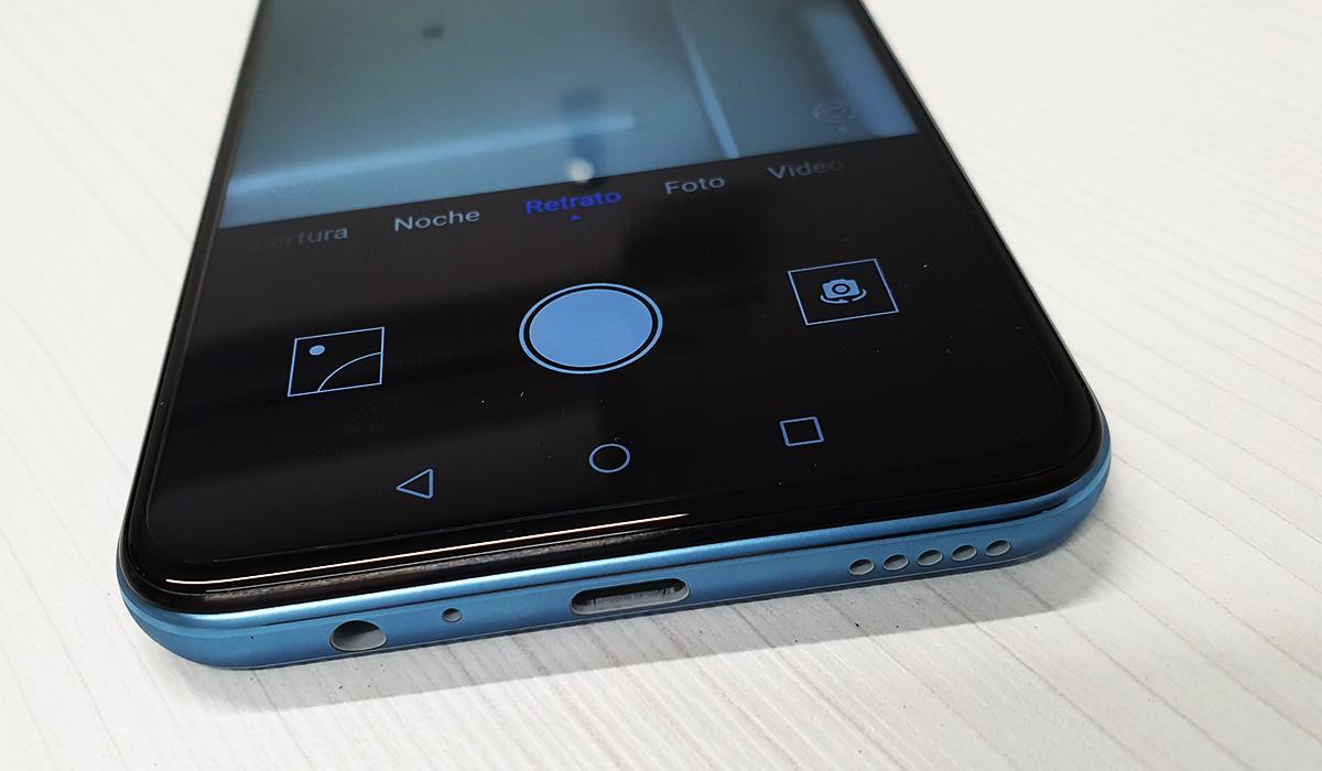 El celular trae el clásico puerto jack 3.5 además del adaptador USB Tipo-C. (Foto: La Prensa)